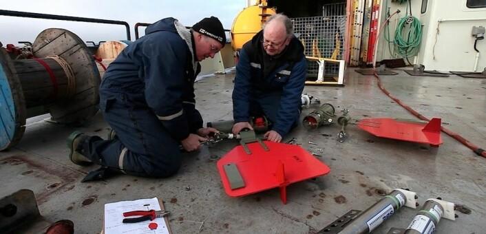Hedinn Valdimarsson (venstre) og Magnús Danielsen (høyre) fra Islands havforskningsinstituttklargjør en mekanisk hastighetsmåler – utlånt fra Universitetet i Bergen. (Foto: Sindre Skrede)