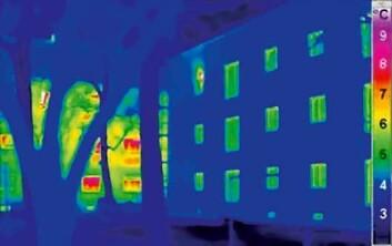 Dette infrarøde fotoet viser varmestråling fra ytterveggene til et passivhus (til høyre) og et vanlig hus (til venstre). Jo mer stråling, jo høyere er temperaturen. (Foto: (Illustrasjon: Passivhaus Institut))