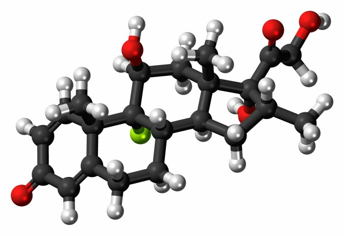 Deksametason er et kunstig produsert binyrebarkhormon – en type hormoner som produseres i kroppens binyrer. Det ble første gang produsert i 1957 og godkjent til medisinsk bruk i 1961. I dag brukes det til behandling av en rekke ulike lidelser, som hudsykdommer, allergier, hevelse i hjernen og lignende. Her er en modell av deksametason-molekylet.