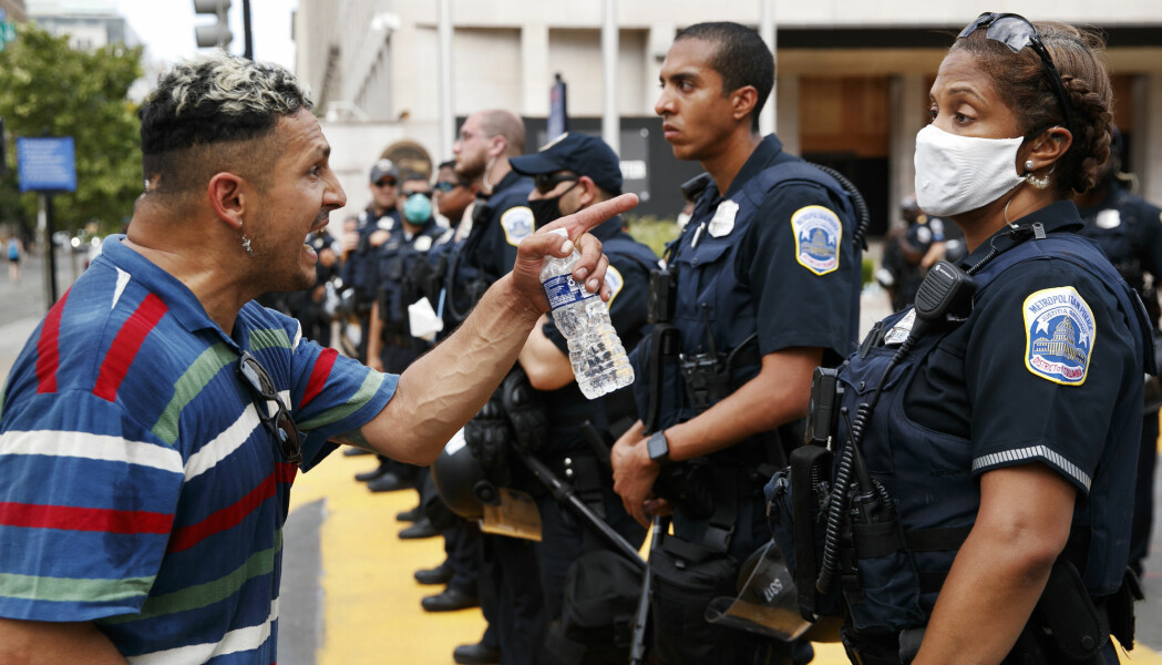 En mann roper til politiet under en demonstrasjon mot rasisme i Washington 23. juni, etter politidrapet på George Floyd i Minneapolis, USA, 25 mai. (AP Photo/Jacquelyn Martin)