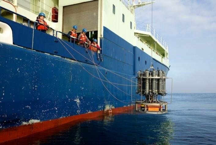 CTD-rosetten låres ned i sjøen over «Knorr»s styrbord side. (Foto: Sindre Skrede)