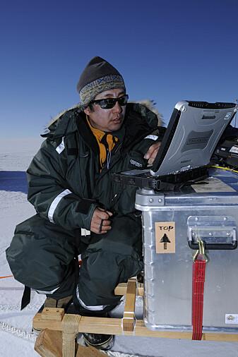 Isbreforsker Kenichi Matsuoka måler isens tykkelse på feltarbeid i Antarktis. Her med en eldre versjon isradar.