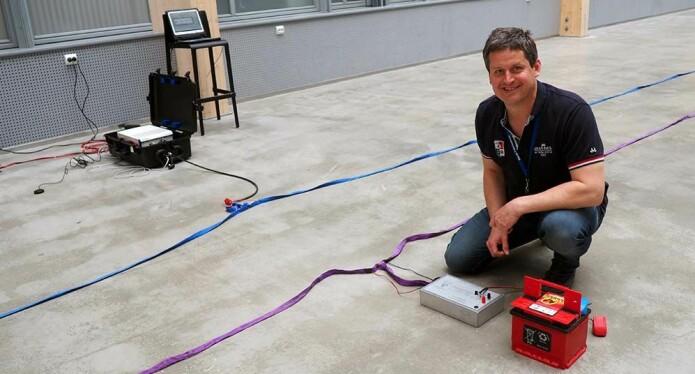 PC og skjerm, og antenner som for anledningen er rullet ut på gulvet i Lysgården på Framsenteret, utgjør et av totalt tre komplette nye bakkebaserte isradarer som nå er klar for bruk på isbreene i Antarktis. Nyvinningen er utviklet av ingeniør Ceslav Czyz i samarbeid med isbreforsker Kenny Matsuoka.