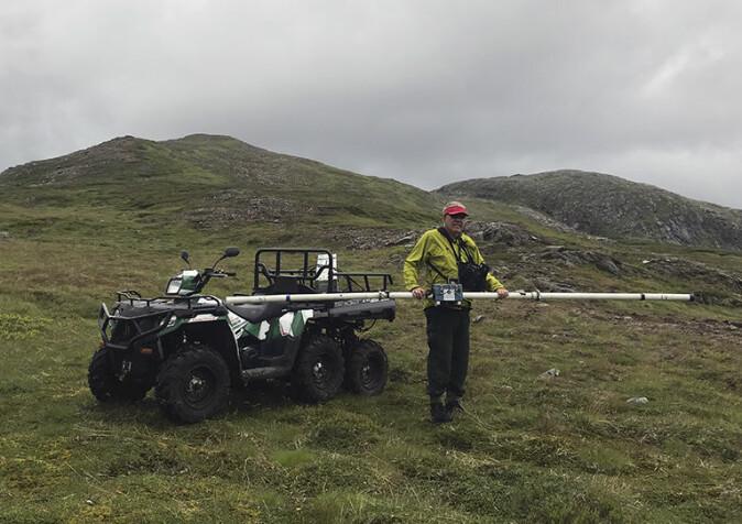 NGU-forsker Håvard Gautneb gjør seg klar til elektromagnetisk kartlegging av bakken. Her på Vardfjellet på Senja.