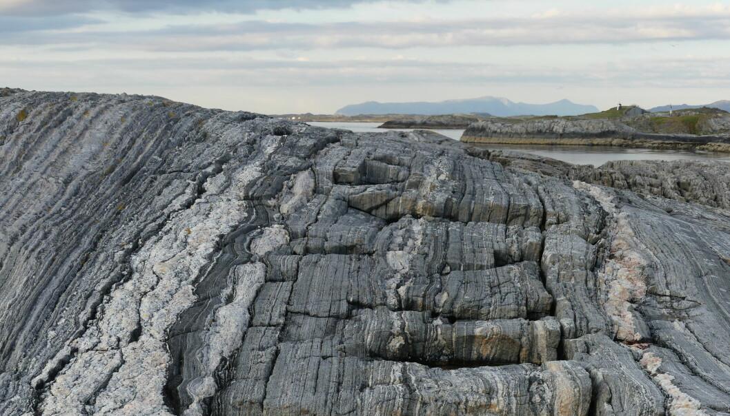Berggrunnen langs Altanterhavsveien er dominert av gneis.