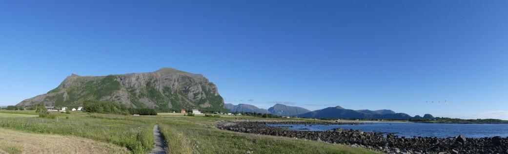 Den vide strandflaten foran bratte fjellsider er karakteristisk for Hustadvika.