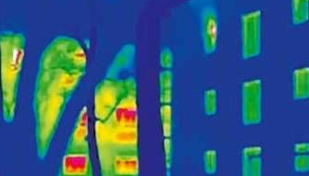 Dette infrarøde fotoet viser varmestråling fra ytterveggene til et passivhus (til høyre) og et vanlig hus (til venstre). Jo mer stråling, jo høyere er temperaturen. (Illustrasjon: Passivhaus Institut)