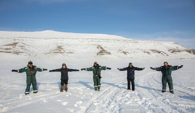 Ingeniør Stein Tore Pedersen, veterinær Tone Heide, forsker Åshild Ønvik Pedersen, dyrepleier Kamilla Buran og ph.d.-student Larissa T. Beumer tok sine forholdssregler da var på reinsdyrfelt på Svalbard i koronatida.