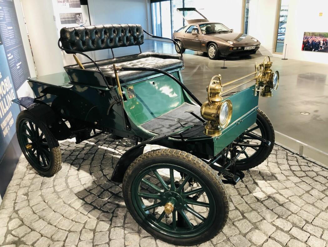 I bakgården i Akersgata 47 i Kristiania bygde Markus Hansen Fossum denne bilen med 4 hestekrefters motor. Bilen ble registrert første gang i 1907.