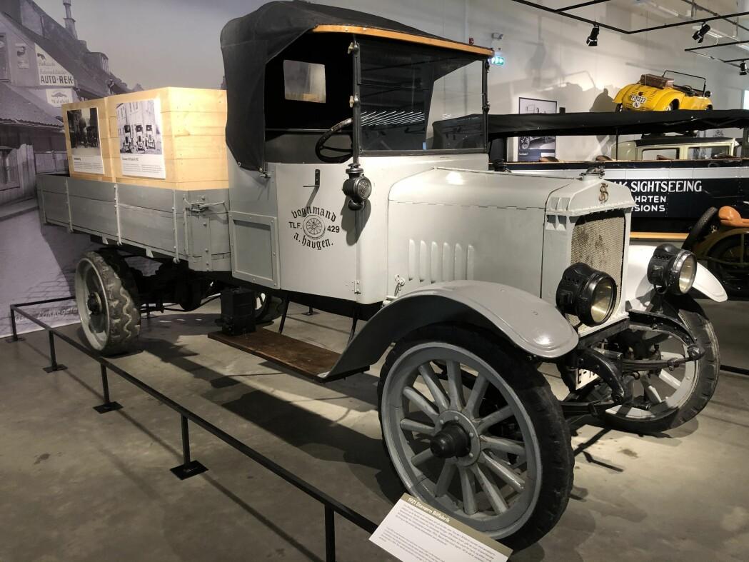Staværn Bilfabrikk satset på elmotorer og de første elektriske lastebilene sto ferdige i 1919. Men etter å ha lagd ti elbiler konkluderte man med at batteriet ble for stort og tungt, og gikk over til bensinmotorer. Totalt rundt 40 lastebiler ble produsert i Stavern før fabrikken gå opp på grunn av hard konkurranse fra utenlandsk masseproduksjon. Denne bilen sto i 40 år lagret på et verksted i Sandefjord og er i dag det eneste kjente eksemplaret av Staværn-lastebilen.