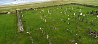 Gravminnene fortsetter å velte til fare for folk som ferdes på gravplassen