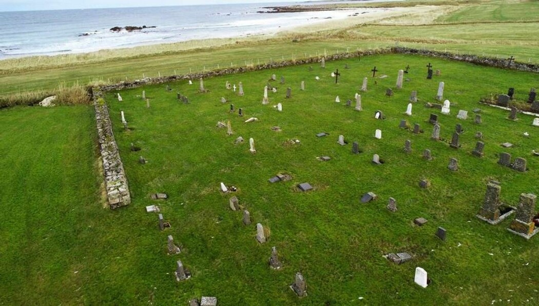 Da et tyvetalls gravminner veltet på Haugen Kirkegård i Vesterålen i 2018, måtte sauene ta skylda. Men nå foreslår forskere fra NMBU å innføre bestemmelser i lovverket på hvor mye vekt et gravminne skal tåle før den velter.