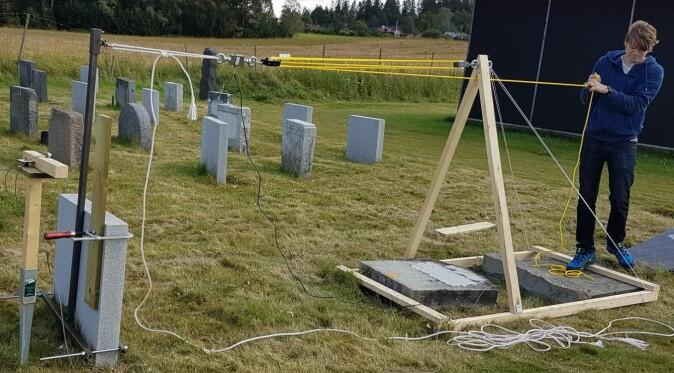 Forskerne testet blant annet hvor mye vekt et gravminne tåler før den velter. Bildet er tatt på forsøksfeltet på Ås, Norges miljø- og biovitenskapelige universitet (NMBU).