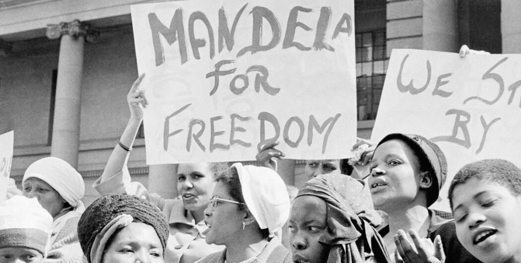 Demonstrerer for frihet: Kvinner i Sør-Afrika demonstrerer sammen med Winnie Mandela for frigjøring av Nelson Mandela i 1962. Mandela kjempet blant annet for demokratiske valg og frihet fra rasediskriminering. Han endte opp i fengsel i 27 år, og ble senere Sør-Afrikas president.