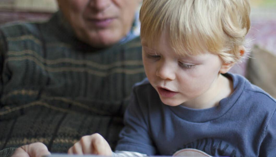 Eldre med kognitive svekkelser strever med å bruke en Ipad til å slå på lyset i eget hjem. Shutterstock