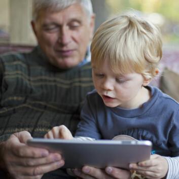 Eldre med kognitive svekkelser strever med å bruke en Ipad til å slå på lyset i eget hjem. (Foto: Shutterstock)