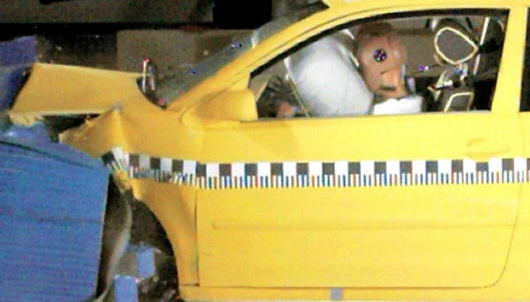 Den piezoelektriske sensorfolien festes på skroget til biler som prøves ut i kollisjonstestene til Volkswagen. Volkswagen Media Service