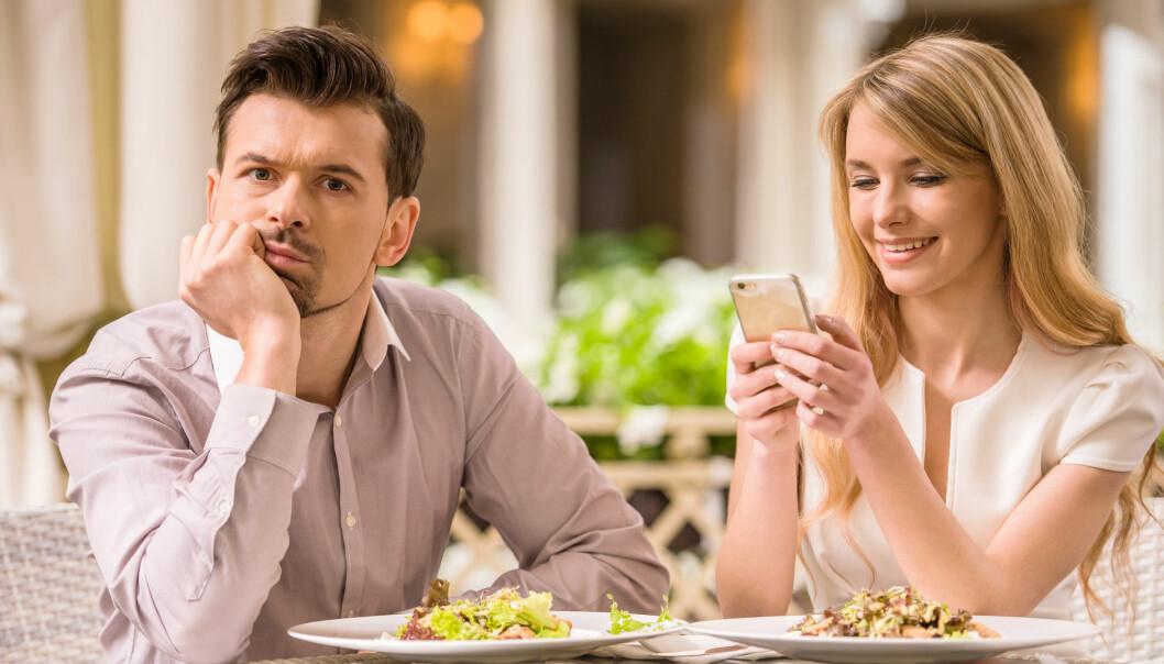 Telefon på date er ikke populært - men for noen er det en grunnleggende del av taktikken. Hva gjør at noen mennesker spiller «hard to get», altså uoppnåelige - og blir noen egentlig tiltrukket av det?