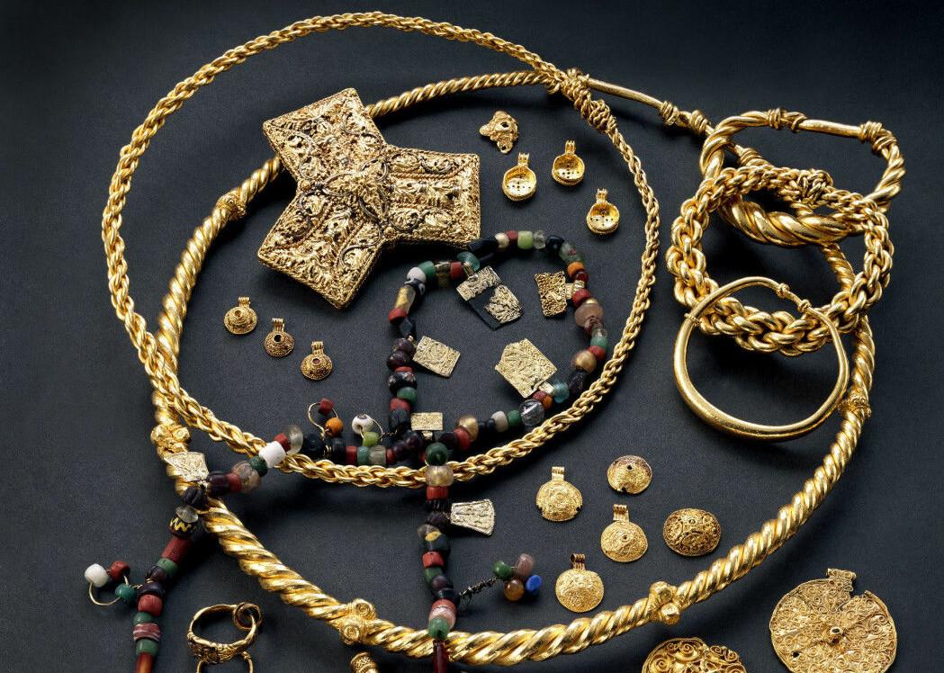 Hoen-skatten som ble funnet i en myr i 1834. Det er 50 smykker, 20 mynter og 200 perler og halvedelstener. De kommer fra det som nå er Midtøsten og hele Europa, men noen av smykkene er produsert i Norge.