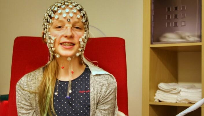 Her er en jente som har vært med i forskningen. Hun har fått på seg en hette med masse sensorer som måler hva som skjer i hjernen hennes når hun ser en film.