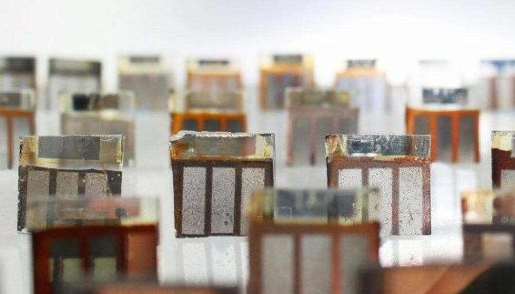 Slik ser det ut når eksperimenter med solceller av perovskitt går galt. Likevel er materialet løfterikt, ettersom det er billigere og lettere å produsere enn tradisjonelle silisiumceller. Matt Carnie / Swansea University