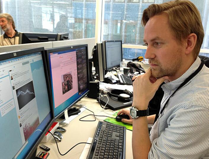 VG-journalist Rune Thomas Ege følger kontinuerlig med på Twitter for å fange opp nyheter fra utlandet. Han er like kritisk til sosiale medier som til andre kilder. (Foto: Ida Kvittingen)