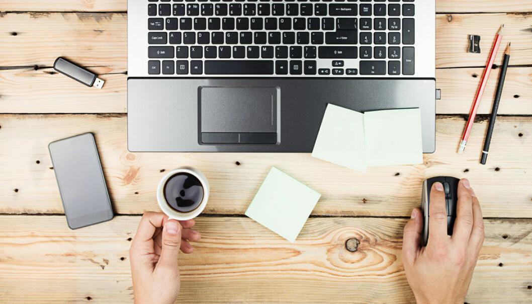 Den nye teknologien gjør at det forventes av at vi skal være tilgjengelige selv etter arbeidstid, noe som skaper en grenseløs arbeidshverdag, ifølge forskerne. Maksim Kostenko, Microstock