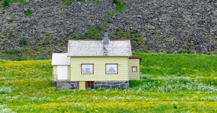 Fraflyttingen fra bygdesamfunn er dramatisk. Kommersialisering av jakt og fiske er en aktuell mulighet for å trekke til seg turister. Men lokalbefolkningen er ofte ikke villige til å dele på ressursene. (Foto: Bjørn Jørgensen/Samfoto)