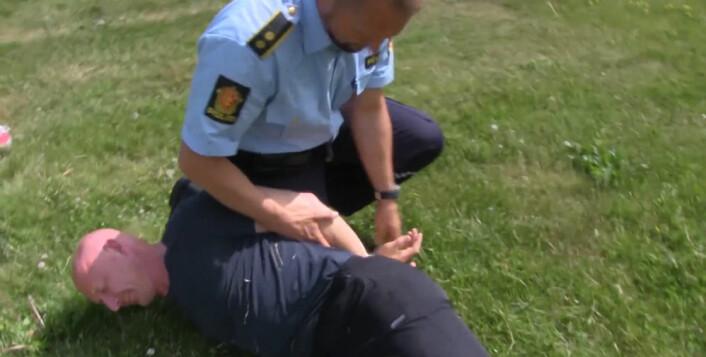 Mange politifolk er usikre på de riktige pågripelsesteknikkene. (Foto: Lasse Biørnstad)