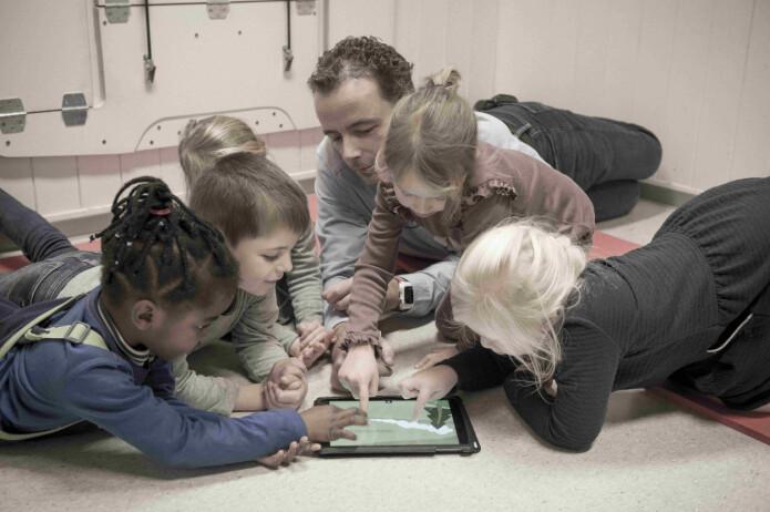 De interaktive mulighetene drar barna i én retning, samtidig som barnehagelæreren jobber for å holde på barnas oppmerksomhet og få dem med i samtaler.