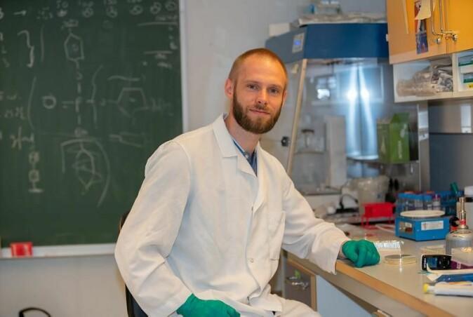 Vidar Sørum, post-doktor ved Institutt for farmasi ved UiT Norges arktiske universitet, har tilbragt mange timer på laben ved UiT i Tromsø.