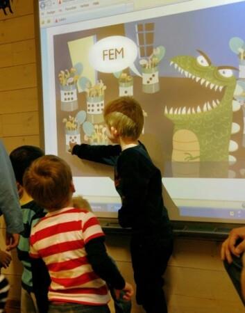 Fire- og femåringene i Tinnstua barnehage i Kristiansand klager ikke når mattematikk er dagens inneaktivitet. Her er det MatteMonsteret som skal fores. (Foto: Sidsel Jørgensen)