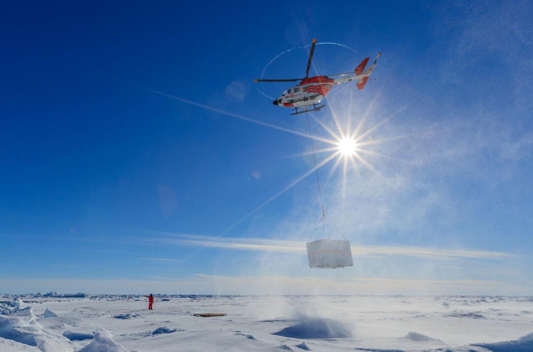 Helikopter brukes til å flytte rundt på installasjoner på isen