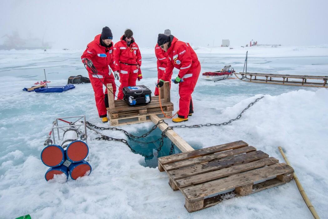 Måleinstrumenter plasseres på og under isen