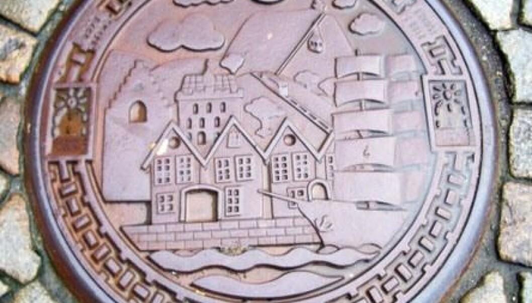 """I Bergen finst det kumlokk som viser fram byen sine attraksjonar, som Bryggen, Rosenkranztårnet, Håkonshallen, """"Statsraad Lehmkuhl"""", Fløibanen og Ulriken. Øyvind Sirevaag"""