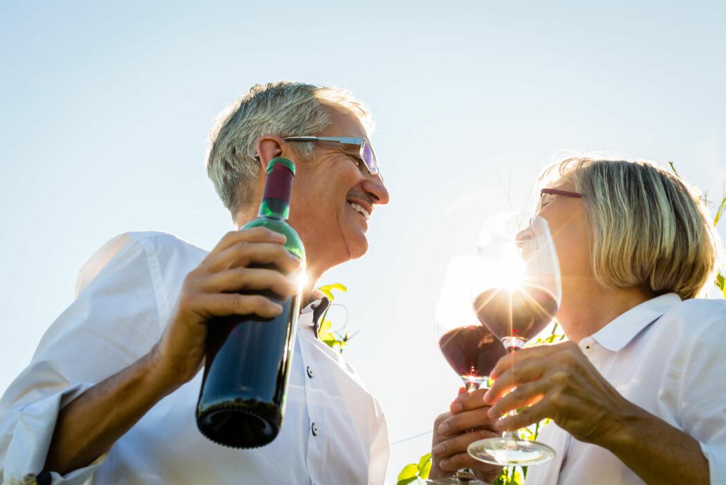 Påstanden om at et glass vin om dagen er bra for hjertet har du sikkert hørt mange ganger. Nå vil en ny studie ha det til at en alkoholenhet eller to om dagen kan bidra til at eldre opprettholder en god mental helse. Men er det for godt til å være sant?