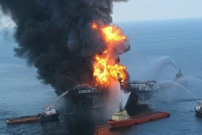 Oljeriggen Deepwater Horizon skaper nye problemer, to og et halvt år etter det sto i flammer. (Foto: US Coastguard)