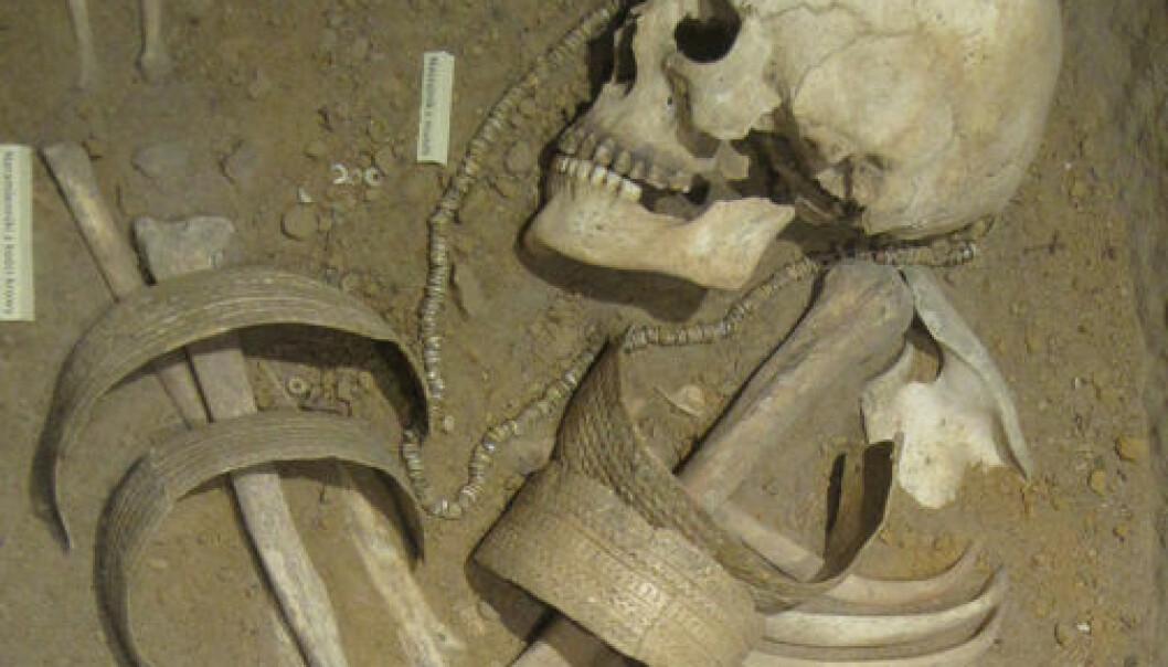 Arkeologer kan finne vitner om krig i form av våpen, skader på skjeletter, gruppegraver og befestede bosteder. På den annen side er ikke skader på et skjelett nok til å konkludere med krig, advarer forskerne bak undersøkelsen. Douglas P. Fry
