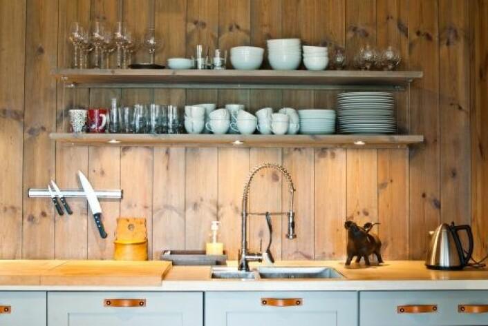 Folk forholder seg roligere til bakteriefarer på eget kjøkken enn hva ekspertrådene skulle tilsi. (Foto: Colourbox)