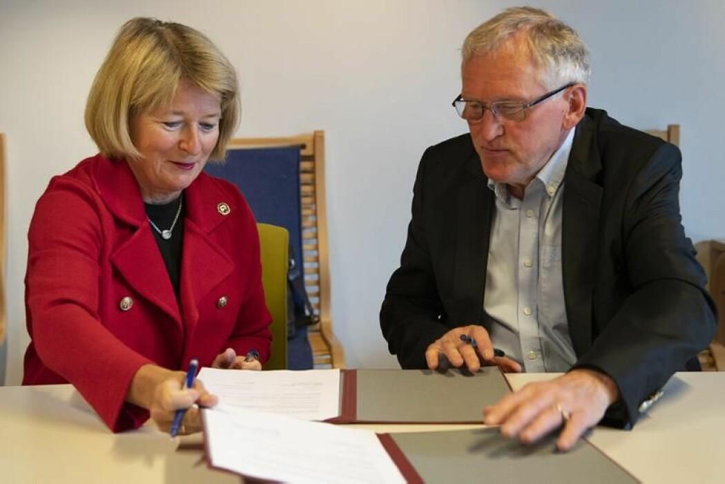 UiT-rektor Anne Husebekk og leder av interimsstyret til Kvääniteatteri, Torbjørn Naimak, har undertegnet en samarbeidsavtale.