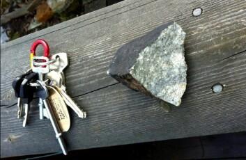 Her er størrelsen på meteoritten sammenliknet med et nøkkelknippe. (Foto: Rune Thomassen)