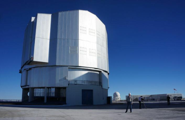 Artikkelforfatteren blir liten utenfor ett av de store 8,2 meters-teleskopene. (Foto: Arnfinn Christensen)