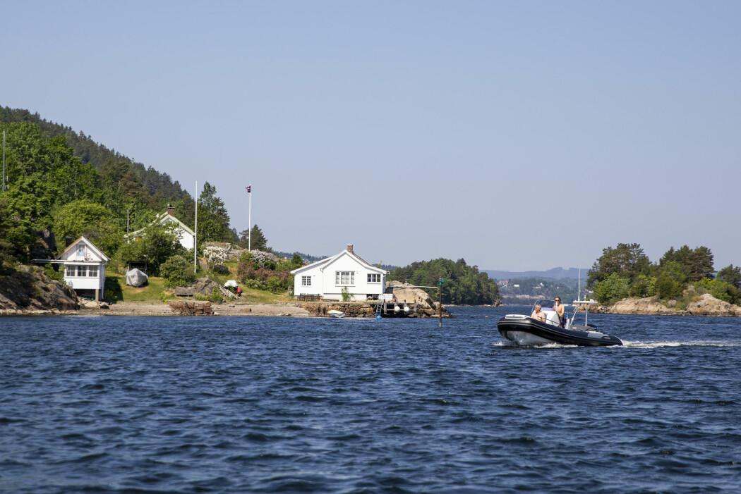 Hytter og hus okkuperer mange steder i landet området på 100-metersbeltet. Det er store forskjeller mellom både fylker og kommuner på hvor mye av strandsonen som er åpen for allmennheten.