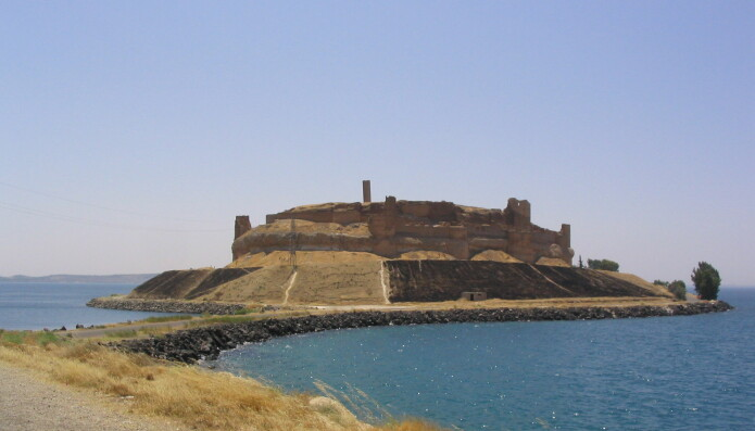 Det var ikke bare Abu Hureyra som ble rammet av opprettelsen av Asadsjøen. Da vannet steg endte den nesten tusen år gamle festningen Qal'at Ja'bar opp som en øy. En molo knytter nå kulturminnet til fastlandet.