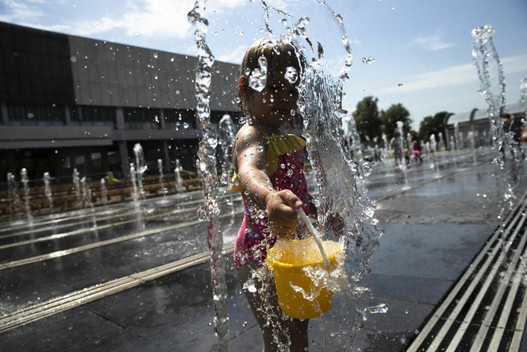 En jente kjøler seg ned i Moskva tidligere i år. Sommeren i den russiske hovedstaden har vært svært varm hittil.