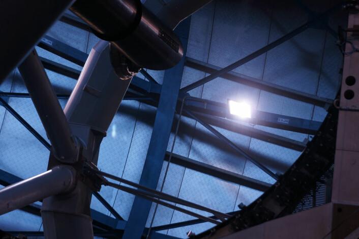 Hulspeilet med diameter 8,2 meter reflekterer veggene i observatoriebygningen. (Foto: Arnfinn Christensen)