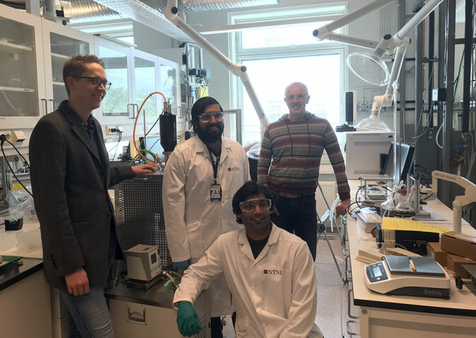 Denne kvartetten har tilbrakt store deler av livet på laben siden påske. Fra venstre: Vegard Ottesen, Sulalit Bandyopadhyat, Anuvansh Sharma og Magnar Bjørås.