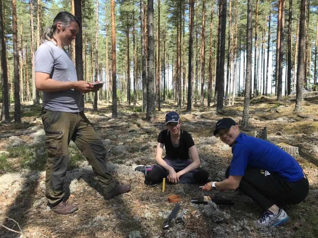 Helge Meissner, Christine Lange og Ingeborg Lyng Rødal tar jordprøver i forsøksfeltet i Kongsvinger.