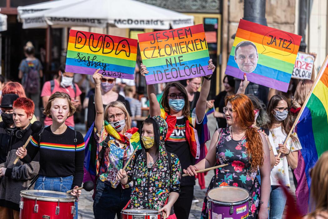 Den polske presidenten Andrzej Duda bruker kampanjer mot såkalt LHBT-ideologi aktivt i innspurten av presidentvalgkampen. Her fra en demonstrasjon mot Duda, 18. juni 2020.