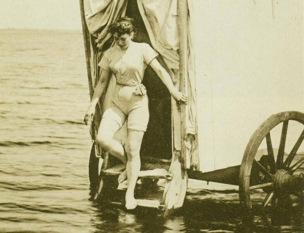 − En kvinne bader fra en bademaskin i Tyskland i 1893. Norske badeleger hentet inspirasjon fra reiser til kontinentet og England, hvor bading som medisin hadde høy status.